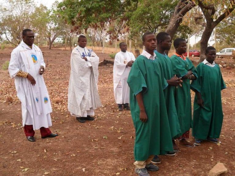 Pfarrer mit Schülern